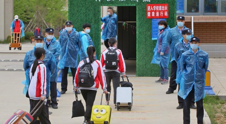 Policiais controlam entrada de estudantes em colégio de Yantai, Província de Shandong, no leste da China