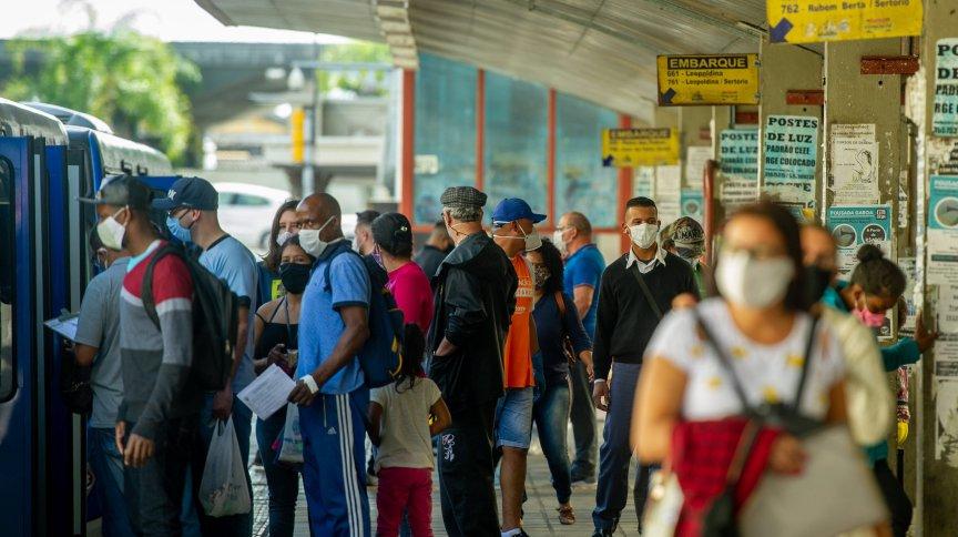 Pedestres usam máscara para se proteger da Covid-19 em Porto Alegre
