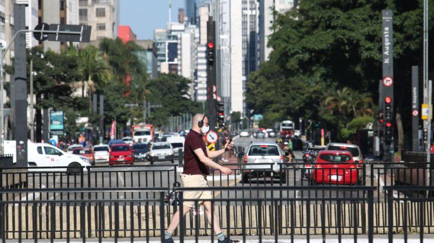 Homem caminha de máscara na avenida Paulista, em São Paulo