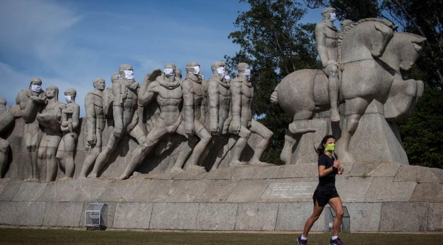 Monumento às Bandeiras, na zona sul de São Paulo, com máscaras de proteção em alusão ao combate ao coronavírus
