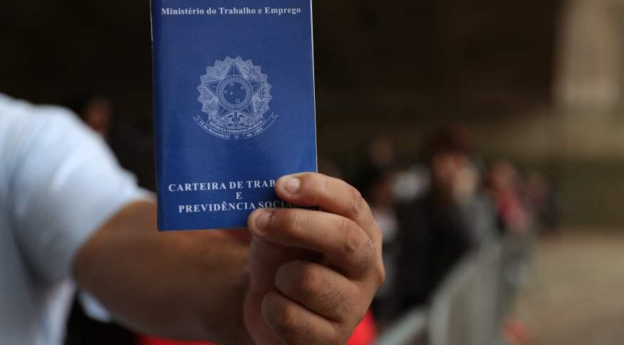 Carteira de Trabalho e Previdência Social (CTPS): 13º é benefício previsto na CLT, mas valor pago terá redução para milhões de brasileiros