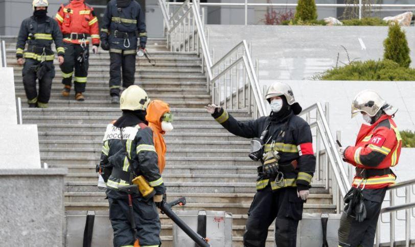 Bombeiros trabalham para apagar incêndio em hospital em São Petersburgo, na Rússia, em 12 de maio de 2020