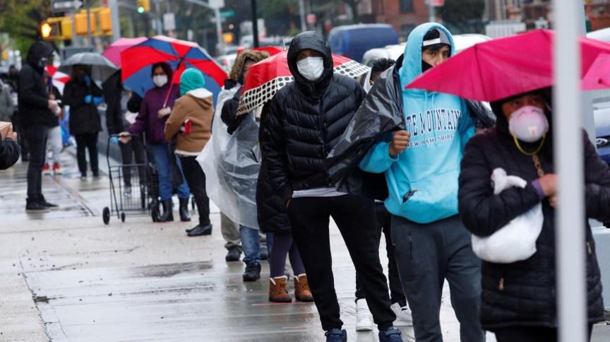 Moradores do Brooklyn e do Queens, em NY, aguardam em fila para receber ajuda