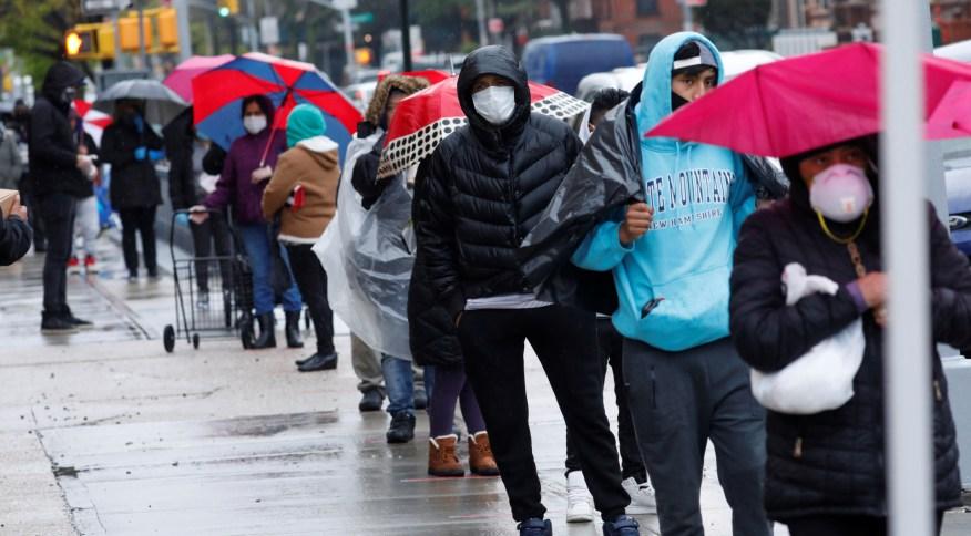 Moradores dos bairros do Brooklyn e do Queens, em Nova York, aguardam para receber ajuda