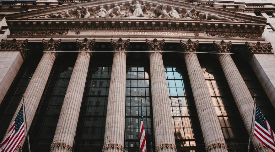 Entrada da Bolsa de Valores de Nova York, em Wall Street