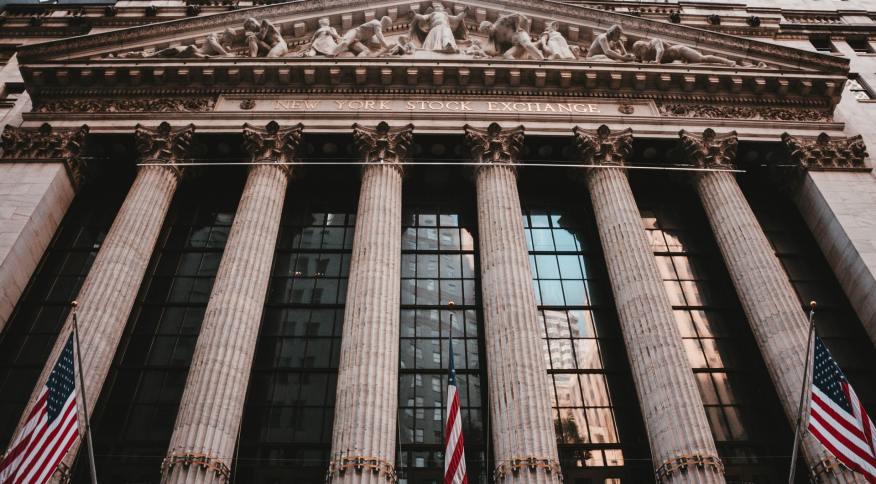 Entrada da Bolsa de Valores de Nova York (Nyse), em Wall Street: blue chips em foco