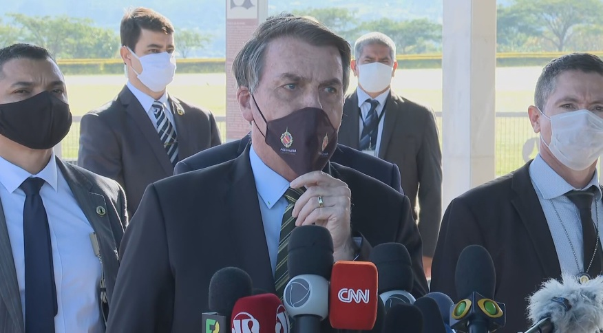 O presidente Jair Bolsonaro fala a jornalistas na saída do Palácio da Alvorada