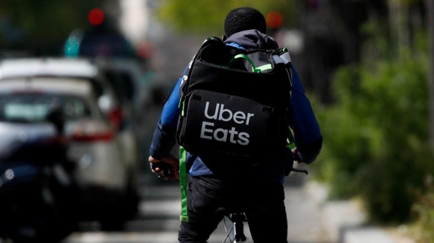 Entregador da Uber Eats durante dia de trabalho (1.abril.2020)