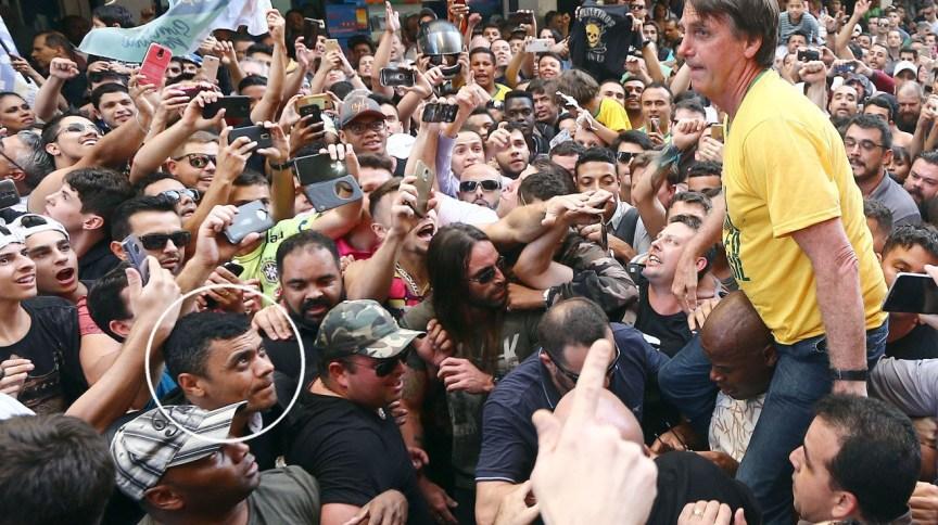 O então candidato Jair Bolsonaro em Juiz de Fora (MG). No círculo, em destaque, Adélio Bispo