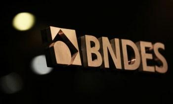 Foram vendidas 150.217.425 ações, a R$ 46 cada. O montante equivale a 11% do capital da Suzano, que pertenciam ao braço de participações do BNDES