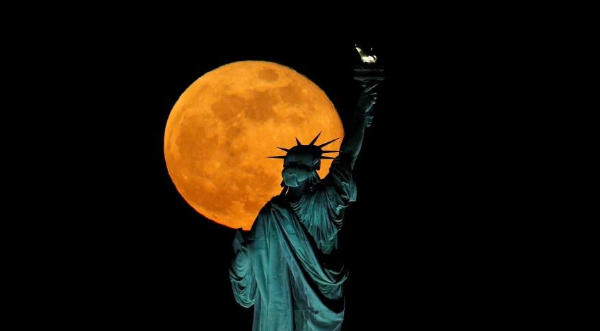 Estátua da Liberdade com a Lua ao fundo