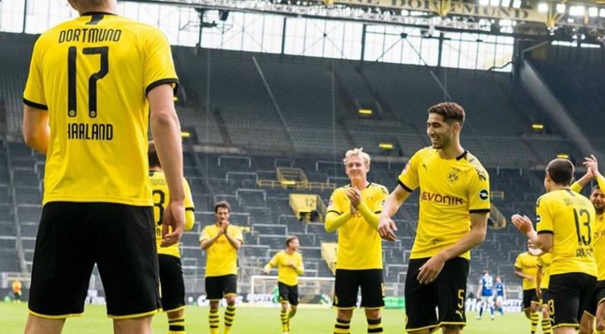 Jogadores do Borussia Dortmund mantêm distância durante a comemoração