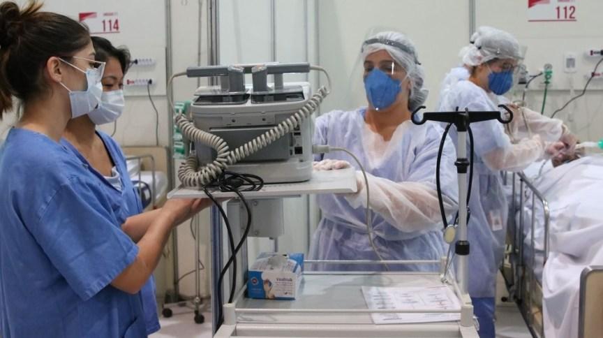 Médicos fazem treinamento no hospital de campanha para tratamento de Covid-19