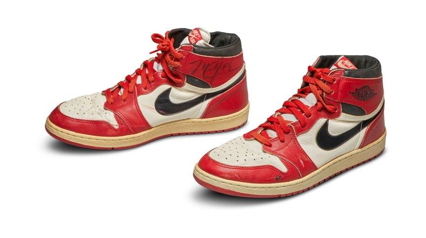 Par de tênis Nike Air Jordan 1 autografados e usados ??por Michael Jordan em 1985