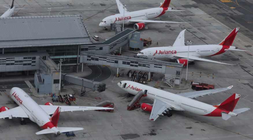 Aviões da companhia aérea Avianca estacionados em pátio de aeroporto (07.abr.2020)