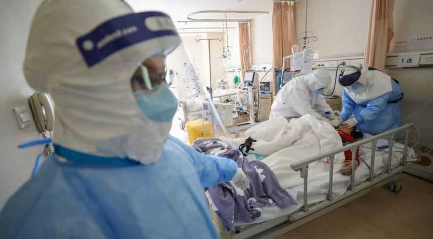 Paciente contaminado pelo novo coronavírus sob tratamento em hospital na cidade chinesa de Wuhan, no início da pandemia