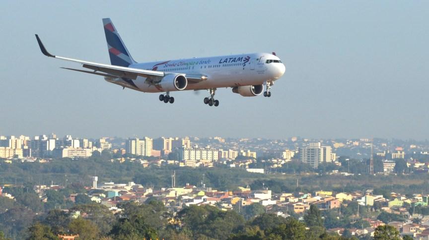 Avião da Latam se aproxima para pouso