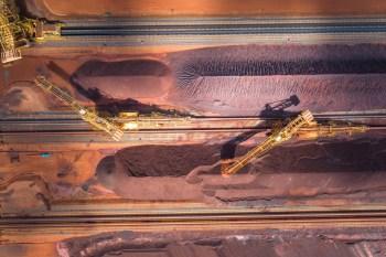 A alta vem na esteira do nível histórico de preços do minério de ferro e do câmbio favorável às exportações