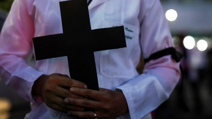 Ato de profissionais da saúde em homenagem a colegas mortos pela Covid-19 em Manaus