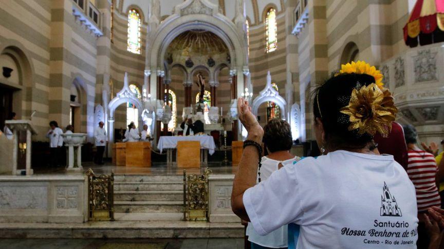 Fiéis durante missa em uma Igreja Católica