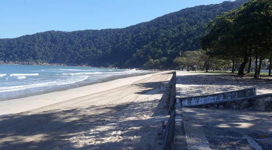 Praia do Guaiúba, no Guarujá (SP), vazia na quarta-feira (20)