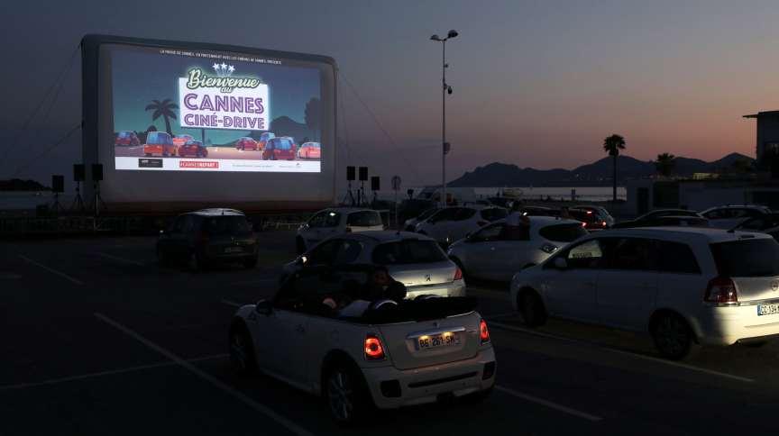 """Público assiste a """"E.T."""" em drive-in de Cannes, na França; prefeitura de SP publicou medidas para regulamentar novidade na cidade"""