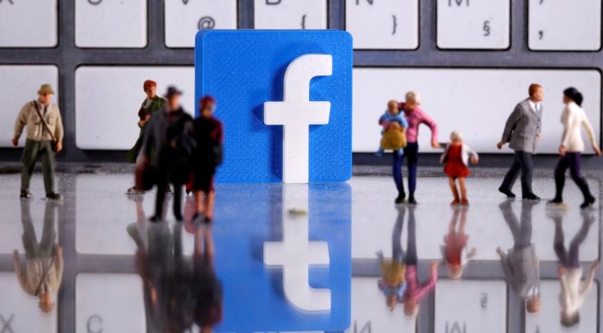 Figuras humanas com logotipo do Facebook ao fundo