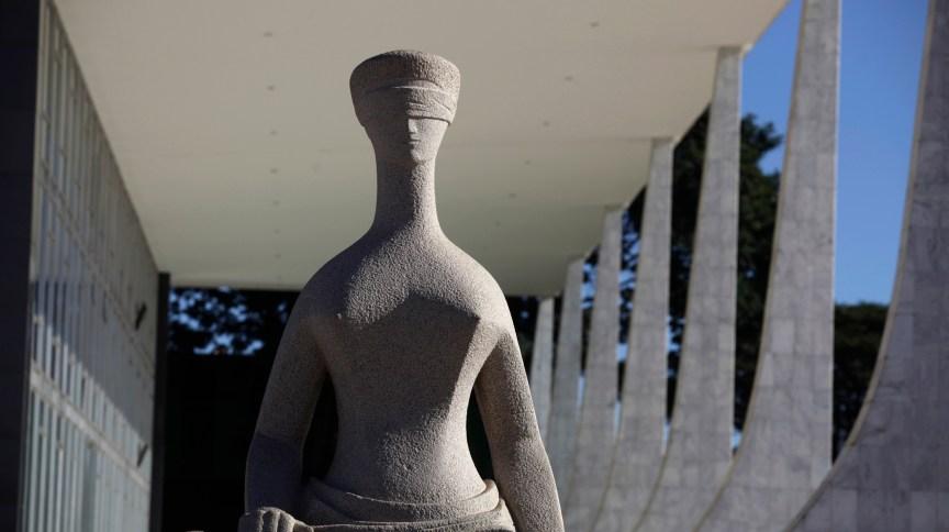 Estátua da Justiça em frente à sede do Supremo Tribunal Federal, em Brasília