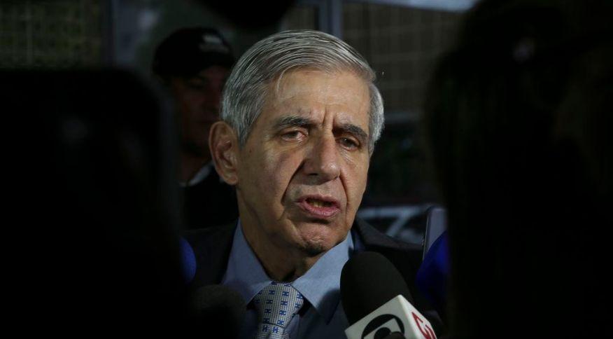 O ministro do Gabinete de Segurança Institucional, general Augusto Heleno, fala à imprensa em Brasília