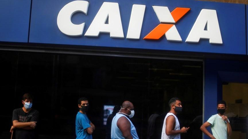 Pessoas fazem fila em agência da Caixa: banco estatal quer suspender todos os processos sobre liberação do FGTS