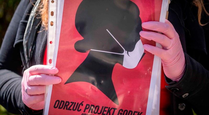 Ativista dos direitos das mulheres durante protesto, na Polônia.