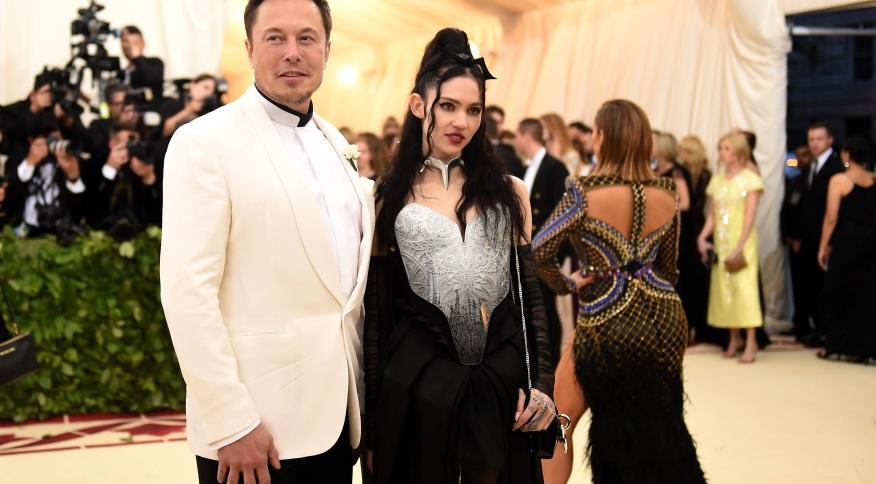 """Grimes e Elon Musk anunciam que estão """"semi-separados"""""""