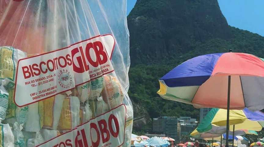 Vendedor dos Biscoitos Globo, em praia da zona sul do Rio de Janeiro