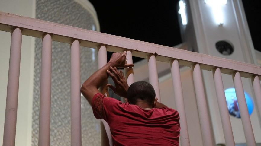 Devoto de São Jorge reza do lado de fora de igreja fechada no Rio de Janeiro