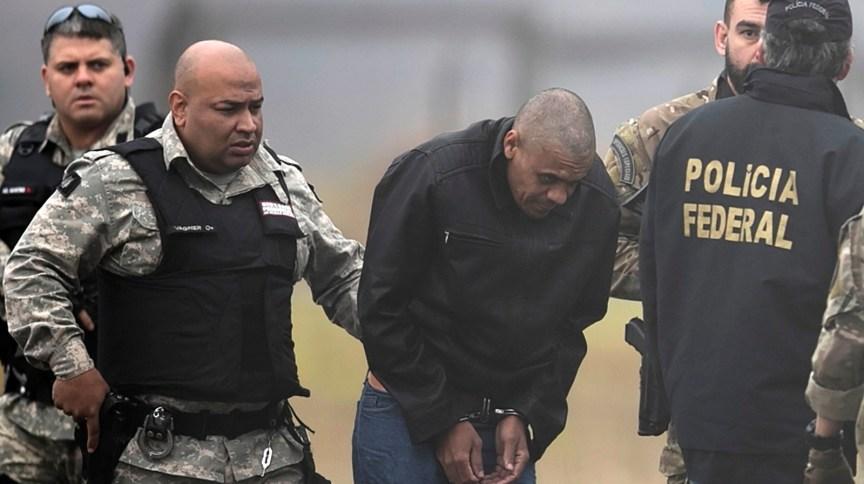 Adélio Bispo de Oliveira é escoltado por policiais federais em aeroporto de Juiz de Fora