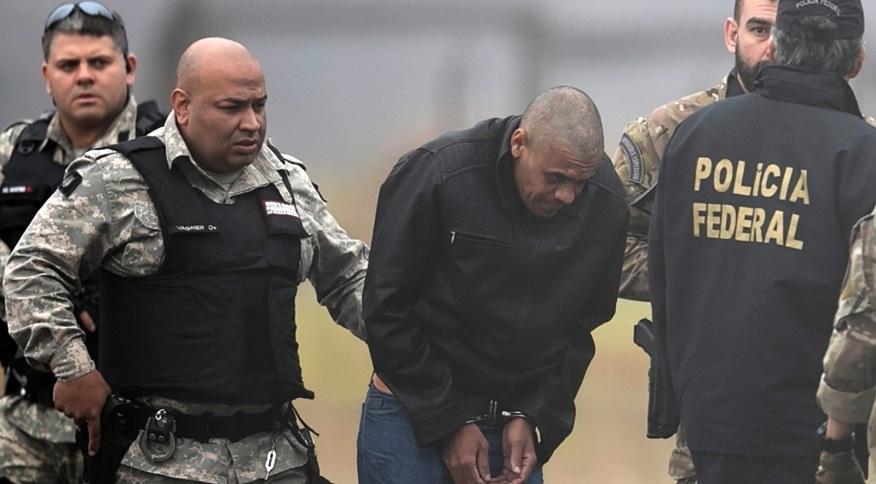 Adélio Bispo de Oliveira é escoltado por policiais federais em aeroporto de Juiz de Fora (MG)