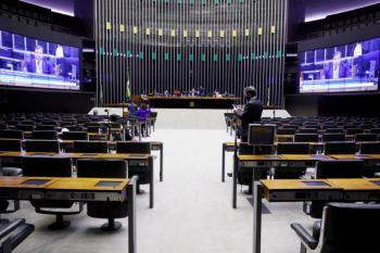 A aprovação da emenda revoltou a oposição, que alega que o texto aprovado é inconstitucional e que a votação desrespeitou acordo entre líderes da Casa