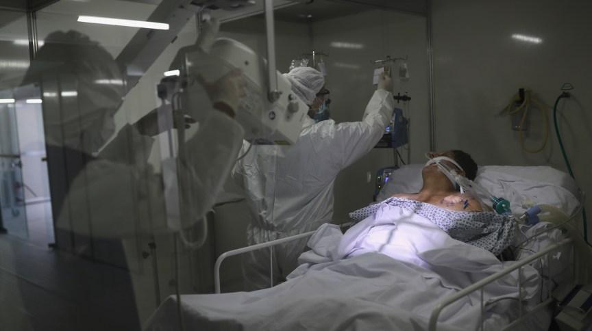 Paciente com Covid-19 é tratado em hospital de campanha em Guarulhos (SP)