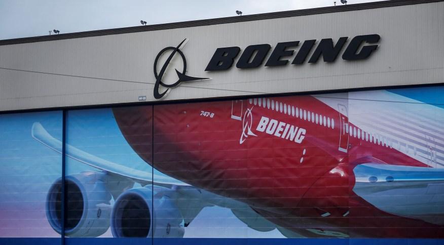 Logotipo da Boeing na frente de prédio da companhia em Washington: companhia precisará buscar diversas liberações