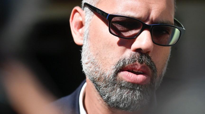 O jornalista e empresário Allan dos Santos durante operação de busca e apreensão da PF em sua casa, na cidade de Brasília; ação cumpre decisão do ministro do STF Alexandre de Moraes