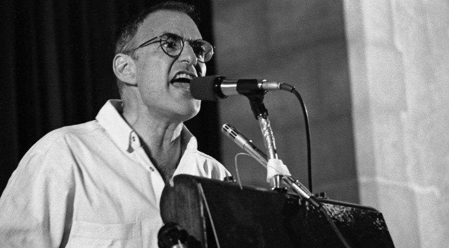 Larry Kramer na conferência Village Voice AIDS, em 6 de junho de 1987, em Nova York. Kramer morreu de pneumonia, disse à CNN seu amigo íntimo e executor literário, William Schwalbe.