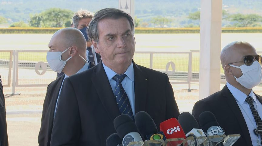 O presidente Jair Bolsonaro fala à imprensa na saída do Palácio do Alvorada