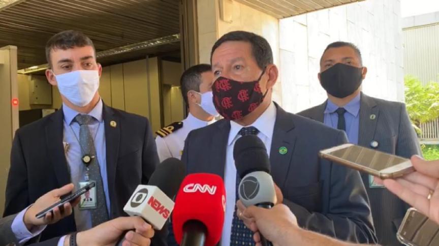 O vice-presidente Hamilton Mourão usa máscara ao falar à imprensa em Brasília