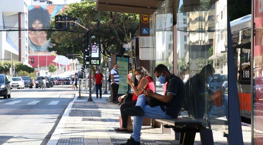 Pessoas usam máscara em ponto de ônibus na região central de São Paulo