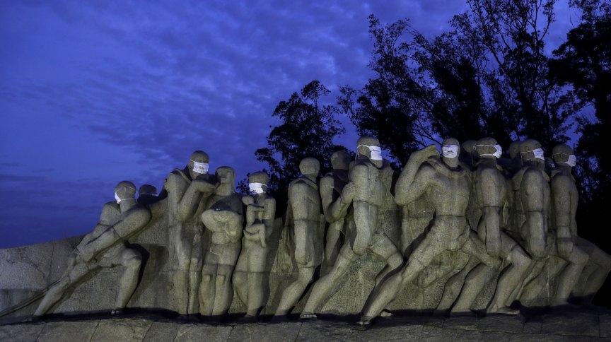 O Monumento às Bandeiras, na zona sul de São Paulo, com máscaras de proteção