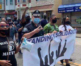 Policiais se juntam a protesto após a morte de George Floyd