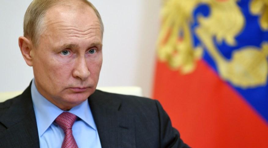 Presidente russo Vladimir Putin afirmou que parentes receberam vacina do país contra o novo coronavírus