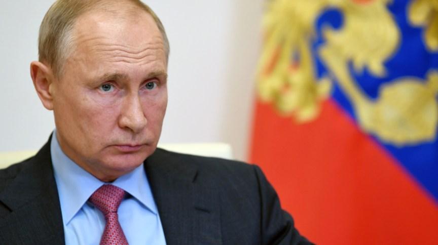 Presidente da Rússia, Vladimir Putin, zomba de embaixada americana após erguerem bandeira do arco-íris