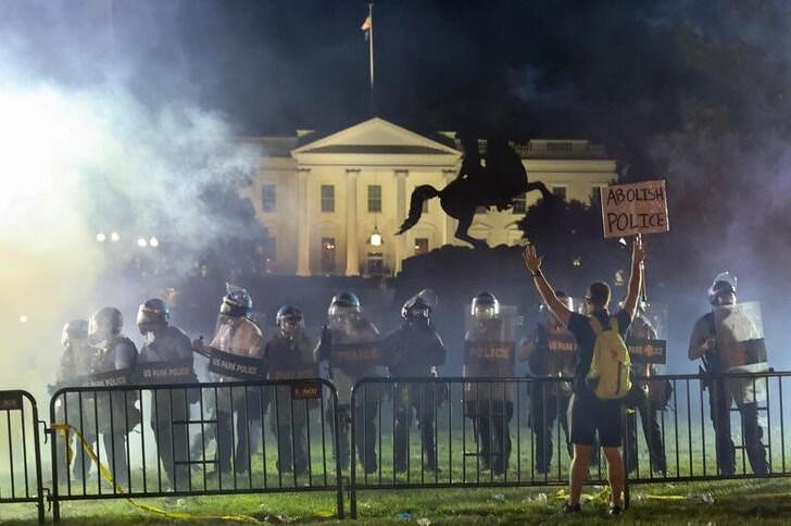 Policiais da tropa de choque protegem a Casa Branca, em Washington