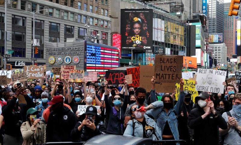 Manifestantes protestam em Nova York contra a morte de George Floyd